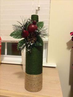 Wine bottle decor for Christmas Glass Bottle Crafts, Wine Bottle Art, Painted Wine Bottles, Diy Bottle, Bottle Centerpieces, Christmas Centerpieces, Xmas Decorations, Bottle Decorations, Christmas Wine Bottles