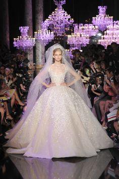 Elie Saab 2014. Espectacular vestido de novia con una falda vaporosa. Muy muy bello! #vestidodenovia #matrimonio #boda