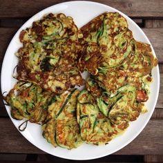 Courgette pannenkoekjes met feta | Good food. Good life. Feta, Zucchini, Life Is Good, Good Food, Vegetables, Drinks, Healthy, Drinking, Beverages