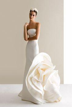 おしゃれな花嫁さんにおすすめ*2015年はモード感溢れる「ラッフルドレス」で決まり!にて紹介している画像