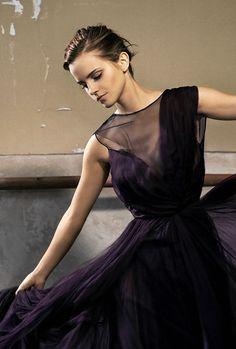 """Emma Watson. En mi tierra las damas del pasado usaban sus faldas para arrinconar a los pollos y a esas faldas las llamaron """"polleras"""""""