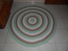 tapete confeccionado em croche, utilizando como material barbante de algodão. as cores usadas foram: verde água,bege e branco <br>tapete lavável