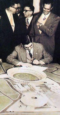 e183055c77 Imagem histórica da vida do São Paulo. O presidente Cícero Pompeu de Toledo  assina a