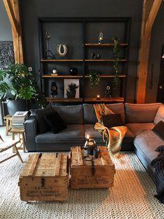 Livingroom #woonkamer #darkwall #grijs #bank #vloerkleed
