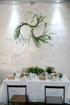 DIY Blumenkranz für Urban Greenery Tischdekoration | Hochzeitsblog The Little Wedding Corner