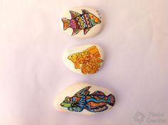 Piedra pintada de pez de colores Enamel, Accessories, Painted Fish, Comet Goldfish, Fish, Gatos, Animales, Vitreous Enamel, Enamels