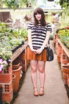 Look confortável com saia rodada caramelo, sapatilha caramelo e blusa listrada branco e preto com coração bordado na frente.