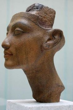 Granite head statue of Nefertiti. The securing post at head apex, allows for… Ancient Egyptian Artifacts, Egyptian Pharaohs, Ancient Art, Ancient History, Art History, Old Egypt, Egypt Art, Ancient Mysteries, Ancient Civilizations