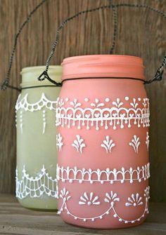 Quem não ama aquelas lanterninhas marroquinas ? Pois então vamos aprender a fazer uma com aqueles vidros que temos em casa e que iam pro lixo.   Mais ideias para vocês se inspirarem.