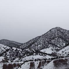 Le photographe londonien Nicholas Worley a photographié les paysages autour de la ville de Gypsum dans le Colorado qui tient son nom des vastes gisemments qui ont été trouvés aux alentours dans les années 1905. En photographiant ces paysages vallonnés durant l'hiver alors qu'ils sont recouverts de neige il fait ressortir une palette de couleurs …