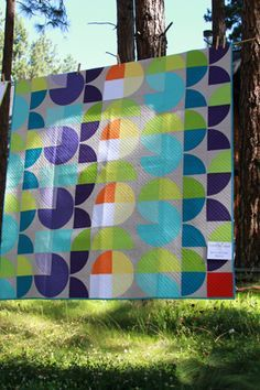 Photo from Valori Wells blog, one of many quilts hung in the trees at their festival. Looks like a Jaybird quilts pattern but it isn't. Who designed this? I'm sure I have seen it somewhere!