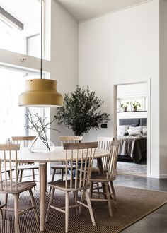Dining room with round wooden table and chairs. Dining Room Inspiration, Interior Design Inspiration, Home Interior Design, Interior Styling, Scandinavian Dining Table, Scandinavian Home, Antique Dining Chairs, Dining Table Chairs, Simple Interior