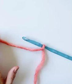 Crochet griddle stitch 1 hour easy crochet hat pattern + video for beginners Beginner Crochet Tutorial, Crochet Stitches For Beginners, Beginner Crochet Projects, Crochet Instructions, Crochet Videos, Crochet Basics, Knitting For Beginners, Start Knitting, Easy Knitting