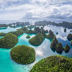 Wayag Islands in the Raja Ampat Islands of Indonesia Beautiful Places To Travel, Most Beautiful Beaches, Beautiful World, Life In Paradise, Paradise On Earth, Raja Ampat Islands, 360 Virtual Tour, Asia Travel, Travel Posters