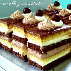 Without much practice on baking recently, I find my baking skills become very lousy. When I recalled by those baking pictures that I took f. Praline Chocolate, Chocolate Delight, Chocolate Cake, Best Cake Flavours, Cake Flavors, Cake Recipes, Dessert Recipes, Romanian Food, Romanian Recipes