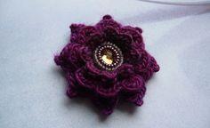 ○ Blütenbrosche mit Spiegelglascabochon ○ von crochet.jewels auf DaWanda.com