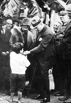 Atatürk and Child -Mustafa Kemal Ataturk, first president of the Republic of Turkiye. Ataturk fought hard to make Turkiye a secular democratic modern nation. Turkish Army, The Turk, Fathers Love, Great Leaders, World Peace, World Leaders, Historical Pictures, The Republic, Held