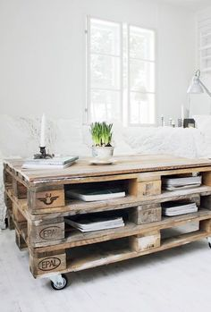 Stylish pallet table in this minimalistic room || @pattonmelo