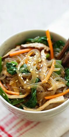 Japchae - Korean noodle dish with sweet potato noodles and vegetables. Learn how to make vegetarian Japchae in 30 minutes with this easy Japchae recipe. Healthy Asian Recipes, Easy Delicious Recipes, Vegetarian Recipes, Cooking Recipes, Korean Recipes, Delicious Food, Healthy Food, Meal Recipes, Recipies