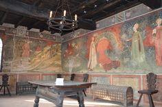 Il Locale, con camino monumentale è una festa di colori, di costumi, di animali che danno un interessante spaccato di vita quattrocentesca sul tema della caccia. E' la memoria pittorica più antica e completa del Vimercatese, su cui gli Orenesi costruiscono ogni due anni il loro palio, con corteo, costumi e dama in piazza. L'ampio ciclo di affreschi è stato realizzato verso il 1450 da un pittore di cultura gotico-internazionale, influenzato dai modi del Pisanello, come evidenziano la…