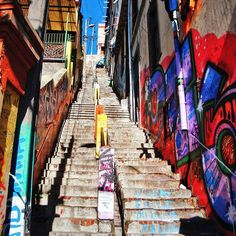 Escalar urbanamente . . #vsco #vscogood #vscocam #snapseed #snapshot #snap #eyeem #architecture #archdaily #igers #instamoment #hallazgosemanal #chile #city #travel #walk #photography #valparaiso #streetart #colorful #art #urbanart #graffiti