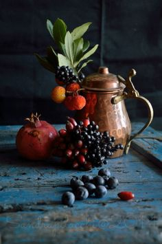 bacche d'autunno Still Life Images, Still Life Art, Dark Food Photography, Still Life Photography, Red Art, Fruit Art, Design Set, Color Of Life, Pomegranate