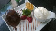 Petit Gateau com sorvete de tapioca, essa foi no Restaurante Sushi Ruy Barbosa. Amo!!!