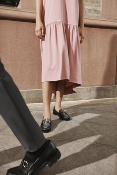 A Salvatore Ferragamo forradalmasítja a lábbelit új Mocasin Gancino Reversible modelljével