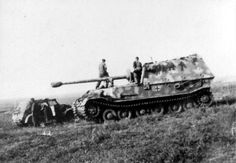 Panzerjäger Tiger(P) « Ferdinand » (Sd.Kfz. 184). The Germans had very high hopes for these new weapons in Russia, but this massive anti-tank gun suffered from engine problems.