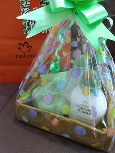 Presente mamãe e bebê Natura ❤️ Kit Natura, Perfume, Candy Bouquet, Kites, Love Is Sweet, Mary Kay, Party Gifts, Gift Baskets, Avon Ideas