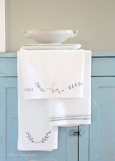 diy Flour Sack Towels and Fabric Markers - White Gunpowder Dish Towels, Tea Towels, Towel Crafts, Diy Crafts, Homemade Mothers Day Gifts, Flour Sack Towels, Flour Sacks, Fabric Markers, Cloth Napkins
