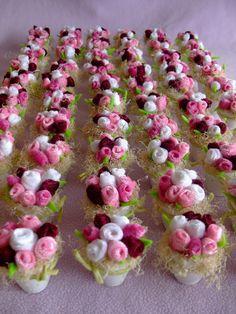 Flores  Flores Felt Flowers, Diy Flowers, Fabric Flowers, Paper Flowers, Felt Crafts Diy, Candy Crafts, Diy Crafts To Sell, Art And Craft Flowers, Flower Crafts