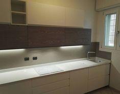 Cucina con gola integrata, top quarzo bianco, piano induzione bianco e lavello in silgranit bianco. Realizzata da Bertocchi Arredamenti Bologna