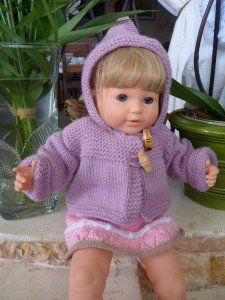 Explanations: Back: Fit 47 needle stitches and knit 4 rows stitch mo … Knitted Doll Patterns, Knitted Dolls, Knitted Hats, Knitting Patterns, Crochet Hats, Bitty Baby Clothes, Doll Clothes, Calico Critters Families, Baby Born