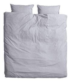 Hellbeige. Doppelbettwäsche aus feinfädigem, dicht gewebtem Baumwollchambray. Der Bettbezug wird unten mit verdeckten Metalldruckknöpfen geschlossen. Zwei