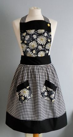 Black and white gingham pinny apron with daisie bib and pockets Mais Vintage Apron Pattern, Aprons Vintage, Retro Apron Patterns, Apron Pattern Free, Cute Aprons, Apron Designs, Sewing Aprons, Apron Pockets, Dressmaking
