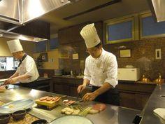 Unser persönlicher Koch, der uns das Kōbe Steak mit den Beilagen zubereitet, Japan