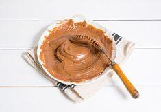 Este tipo de crema es de las que hay que guardar para cuando tengamos que hacer una tarta con relleno suave y apetitoso y no podamos dedicar demasiado tiempo a elaborar otras. No hay posibilidad de error, es un todo mezcla y punto. Puedes poner tu granito de arena y cambiar el chocolate con leche …