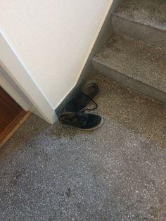 Sko forlatt i en trappeoppgang.