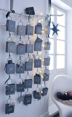 Nostalgisch charmant präsentiert sich dieser stilvoll rustikale Adventskalender in der Vorweihnachtszeit! Jeden Tag hält er eine neue Überraschung in einem seiner 24 befüllbaren, durchnummerierten Metallbehälter bereit, die über eine filigrane Drahtaufhängung verfügen und mit geschwungenen Zahlen bedruckt sind. Aus lackiertem Metall. #Adventskalender #Weihnachtszeit #Impressionenversand