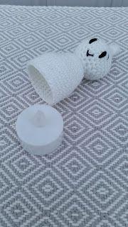Steen i stugan: Små snälla virkade spöken Halloween Crochet, Halloween Makeup, Tea Lights, Crochet Patterns, Crafty, Sewing, How To Make, Stuff To Buy, Watches