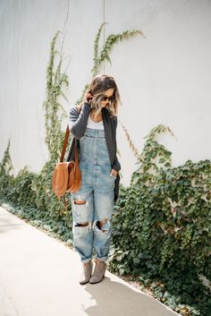 How To Wear Overalls This Fall (Without Looking Like A Farmer) - my kind of sweet How to wear overalls without looking like a farmer! Because overalls are chic and cozy. SEE DETAILS Hippie Outfits, Mom Outfits, Winter Outfits, Casual Outfits, Cute Outfits, Fashion Outfits, Girly Outfits, Modest Outfits, Skirt Outfits