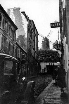 La rue Tholozé, vers 1928-1930  L'adresse la plus célèbre de la rue est celle du « Studio 28 » au n°10.  Son nom rappelle l'année de sa création (1928).  Le cinéma accueille la première de L'Âge d'or de Luis Buñuel en 1930, qui fit scandale, à tel point que le public saccagea la salle. Après-guerre, en 1948, ce premier cinéma d'art et essai en France, eut pour parrains Abel Gance et Cocteau.