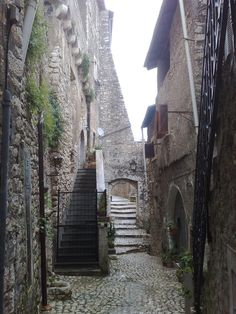 Sermoneta, Latina - Sermoneta is a hilltown in the province of Latina, about 95 km. south of Rome. It's a perfect destination for a daytrip out of Rome.