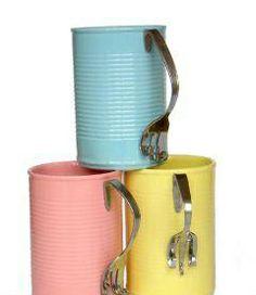 Tazas con latas y cubiertos reciclados