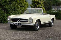Mercedes-Benz Sale 2014 Lot 5: 1964er Mercedes-Benz 230 SL. Ein originales Becker Grand-Prix Radio mit Vorverstärker und der sehr seltene dritte Sitz im Fond machen das Exemplar zu etwas Besonderem. Das Estimate lag bei 40.000 bis 60.000 Euro. Ergebnis: 49.450 Euro.