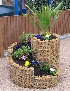 Jardineira em formato de torre feita de arame