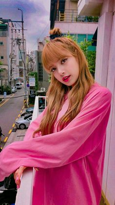 Lisa Blackpink with her pink clothed (´°ω°`)🐰 Jennie Blackpink, Blackpink Lisa, Lisa Blackpink Wallpaper, Black Pink Kpop, Idol, Blackpink Photos, Kim Jisoo, Blackpink Fashion, Forever Young