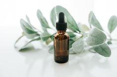 Kwas hialuronowy to dobrze znany i pożądany składnik kosmetyków, zwłaszcza kosmetyków do twarzy. Dba o odpowiednie nawilżenie skóry i zapewnia jej młodszy wygląd. Ponieważ sama od dawna używam kwasu hialuronowego, postanowiłam dowiedzieć się więcej o tej niezwykłej cząsteczce i jej działaniu. Diy Essential Oil Diffuser, Buy Essential Oils, Homemade Essential Oils, Tea Tree Essential Oil, Essential Oil Blends, Tea Tree Oil Uses, Tea Tree Oil For Acne, Best Hyaluronic Acid Serum, Face Serum