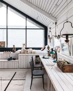 Общая зона второго этажа. Вдоль стен — спроектированная декоратором сложная система мебели, которая объединяет в том числе места для работы и сна.